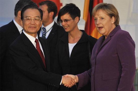 Thủ tướng Đức Angela Merkel và Thủ tướng Trung Quốc Ôn Gia Bảo trong một lần gặp gỡ tại Brussels, Bỉ, tháng 5/2010 - Ảnh: Getty.