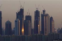 Giống như người tiêu dùng ở các nước phương Tây trong thời gian kinh tế ăn nên làm ra, Dubai đã mạnh tay vay nợ để thúc đẩy sự phát triển như vũ bão của ngành bất động sản. Suy thoái nổ ra, các dòng vốn khô cạn, thị trường nhà đất ở đây lao dốc như một hậu quả tất yếu - Ảnh: Reuters.