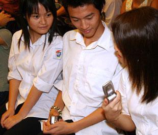 """Tính năng mới """"định mức chi tiêu"""" của gói cước """"Cha và Con"""" cho phép cha mẹ có thể trực tiếp định hướng việc sử dụng di động cho con cái - Ảnh: Việt Tuấn."""