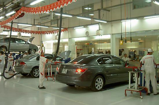 Kiểm tra xe tại xưởng dịch vụ của Honda Việt Nam.