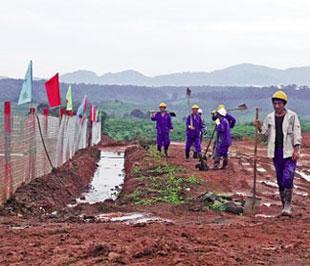 Lao động Trung Quốc ở công trường bauxite Tân Rai, Lâm Đồng - Ảnh: SGTT.