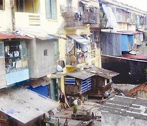 Các chung cư cũ xuống cấp trầm trọng là nỗi lo thường trực của người dân sống tại đó.