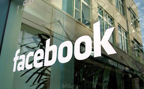 Số liệu từ eMarketer cho thấy Facebook hiện đang chiếm 12% trong tổng doanh thu 186,81 tỷ USD của ngành quảng cáo số toàn cầu - Ảnh:CNBC.