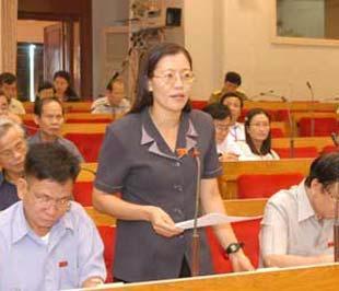 Bà Lê Thị Nga (người đứng) tại một phiên thảo luận của Quốc hội.