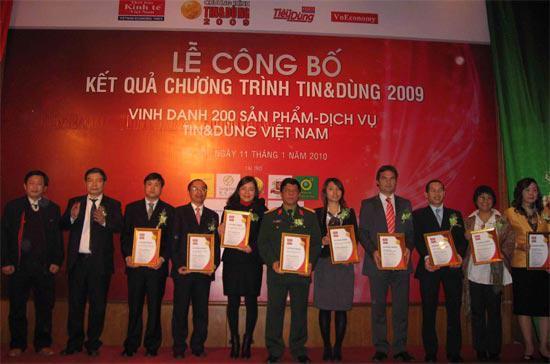 Đại diện các doanh nghiệp trong nhóm ngành Dịch vụ nhận chứng nhận Tin&Dùng 2009 - Ảnh: M.T.
