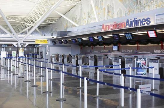 Một quầy vé vắng vẻ tại sân bay John F. Kennedy tại New York, Mỹ - Ảnh: Reuters.