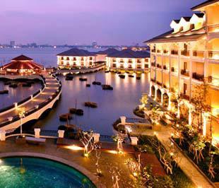 Đầu năm 2008, InterContinental Hanoi Westlake đã lọt vào danh sách Hot List 2008, những khách sạn mới hấp dẫn nhất thế giới do chí du lịch Conde Nast Traveler (Mỹ) bình chọn.