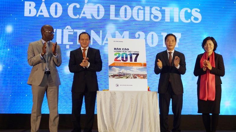 Lãnh đạo Bộ Công Thương, Bộ Giao thông Vận tải, Bộ Tài chính và đại diện Ngân hàng Thế giới thực hiện nghi lễ công bố báo cáo Logistics Việt Nam 2017 và ra mắt trang thông tin điện tử www.logistics.gov.vn - Ảnh: Quang Phúc.