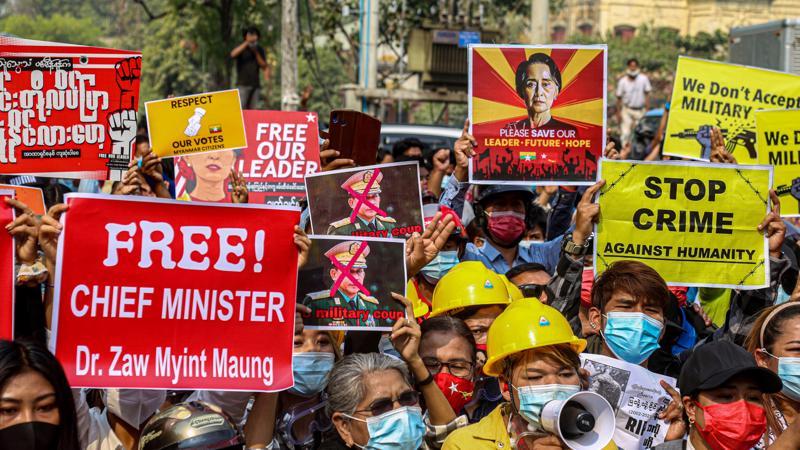 Biểu tình phản đối đảo chính tại Myanmar - Ảnh: Getty Images