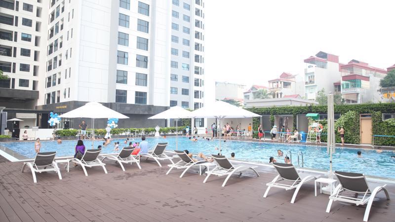 Hệ thống bể bơi ngoài trời trong khuôn viên dự án cũng là 1 trong những điểm thu hút các bạn nhỏ.