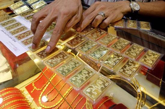 Dự kiến với các điều kiện đưa ra, khi ban hành số lượng doanh nghiệp được phép sản xuất vàng miếng sẽ giảm xuống đáng kể từ con số 8 tổ chức tín dụng và doanh nghiệp hiện nay - Ảnh: Reuters.