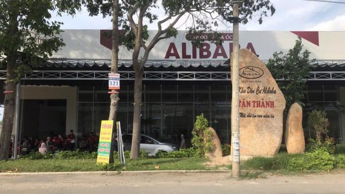 """Nhiều người dân vì thiếu thông tin đã mang tiền cho Công ty Alibaba để mua đất đai trên các """"dự án ma""""."""