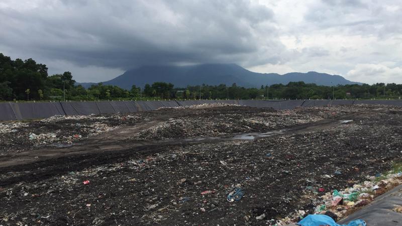 Khu xử lý chất thải Xuân Sơn là nơi tiếp nhận và xử lý rác lớn thứ 2 của thành phố Hà Nội.