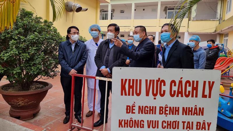 Đoàn kiểm tra kiểm tra khu cách ly tại Bệnh viện Trẻ em Hải Phòng. Ảnh - Tuấn Dũng.