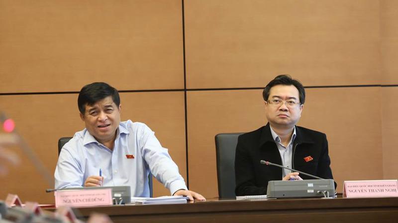 Bộ trưởng Nguyễn Chí Dũng và Bí thư Tỉnh uỷ Kiên Giang Nguyễn Thanh Nghị tại phiên thảo luận tổ. Ảnh: Quang Phúc.