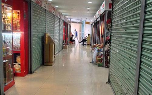 Các tiểu thương bên trong Trung tâm thương mại Hàng Da cho biết, hàng ngày chỉ đến mở cửa hàng, chiều lại đóng lại, hoàn toàn không có khách vào mua.<br>