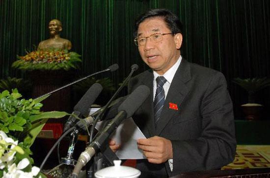 Chủ nhiệm Ủy ban Kinh tế Hà Văn Hiền trình bày báo cáo thẩm tra tình hình kinh tế xã hội tại phiên khai mạc kỳ họp Quốc hội thứ tám.