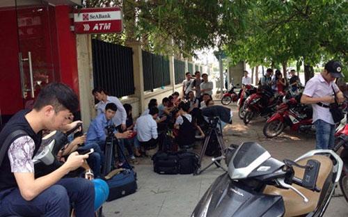 Hàng trăm phóng viên đã thất vọng khi cuộc họp báo bất ngờ bị huỷ - Ảnh: PLTPHCM.<br>