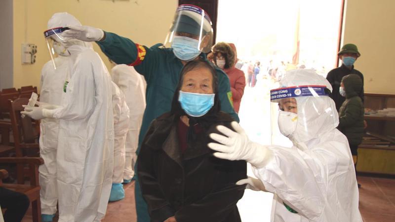 Người dân được hướng dẫn lấy mẫu xét nghiệm Covid-19 tại ổ dịch Hải Dương. Ảnh - Bộ Y tế.