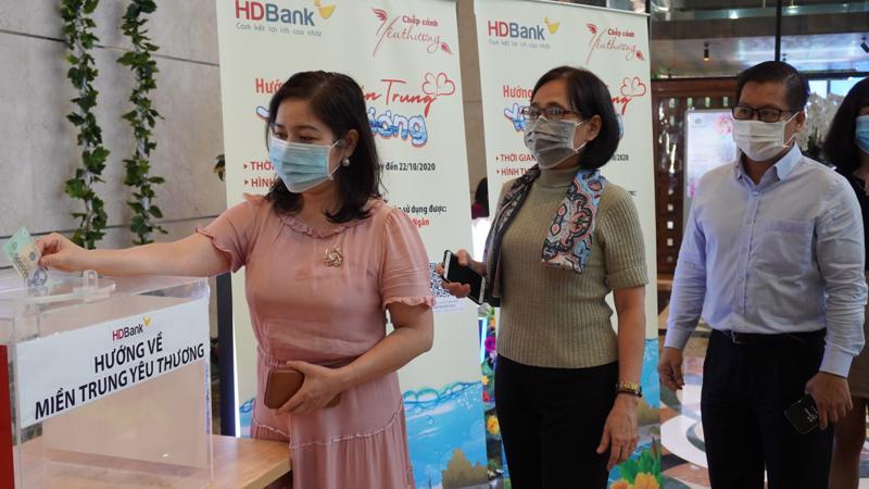"""HDBank trao tặng 1 tỷ đồng góp sức hỗ trợ bà con đồng bào thông qua chương trình """"Cả nước chung tay vì người nghèo - Không để ai bị lại phía sau"""" năm 2020."""