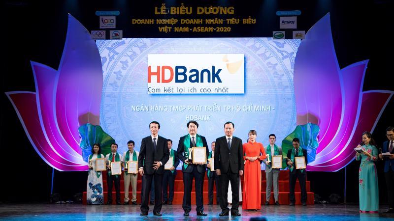 Đại diện HDBank nhận danh hiệu Doanh nghiệp tiêu biểu Việt Nam - ASEAN 2020.