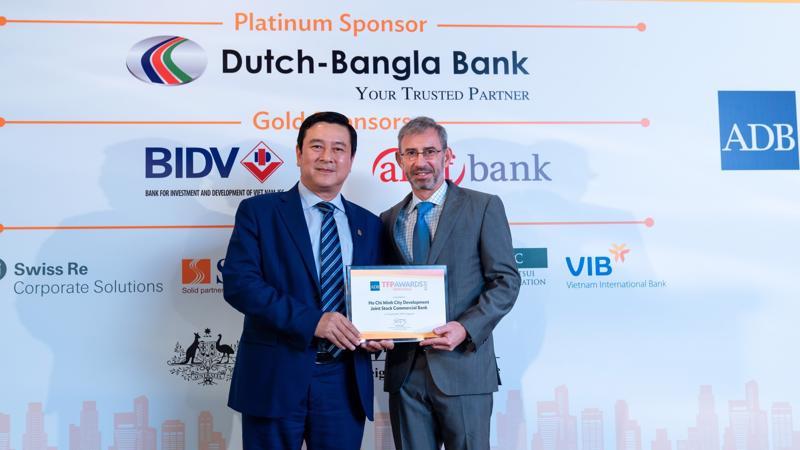 """Ông Trần Hoài Nam – Phó tổng giám đốc, đại diện HDBank nhận giải """"Green Deal Award"""" tại Singapore."""