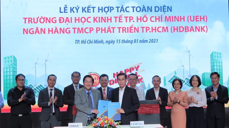 Ông Phạm Quốc Thanh - Tổng giám đốc HDBank và GS.TS Sử Đình Thành - Hiệu trưởng Trường Đại học Kinh tế Tp.HCM đại diện 2 bên ký hợp tác toàn diện.