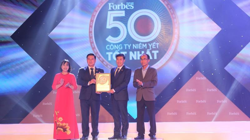 Đại diện HDBank lên nhận danh hiệu tại buổi lễ.