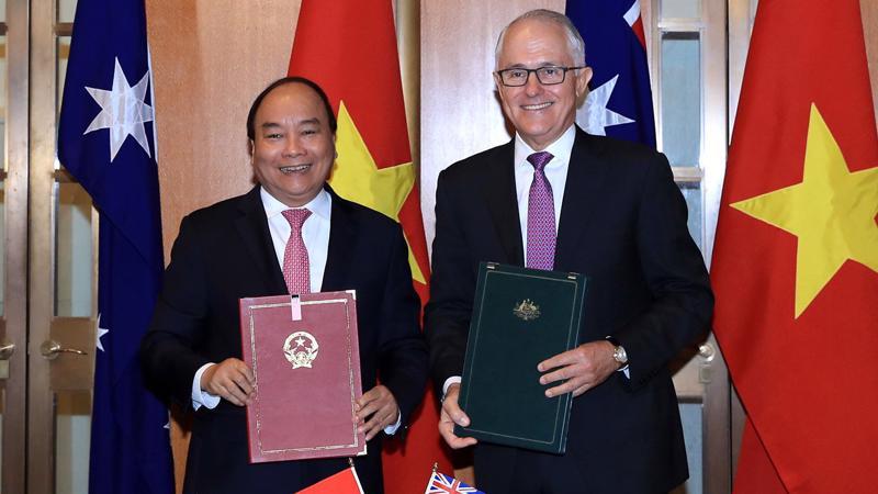Thủ tướng Nguyễn Xuân Phúc và Thủ tướng Malcolm Turnbull ký Tuyên bố chung về thiết lập quan hệ Đối tác chiến lược giữa Chính phủ Việt Nam và Australia.