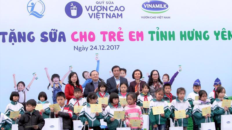 Các Đại biểu trao quà và học bổng cho các em học sinh của trường tiểu học Nhân Hòa, huyện Mỹ Hào, tỉnh Hưng Yên.