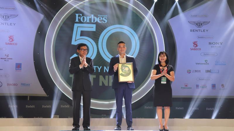 Ông Michael Hung Nguyen – Phó Tổng giám đốc Masan Group nhận giải thưởng từ Forbes Việt Nam.
