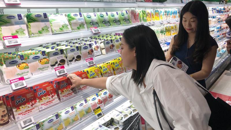 Khu vực bán sản phẩm sữa chua của Vinamilk tại siêu thị Hợp Mã (thuộc Alibaba) tại Hồ Nam, Trung Quốc.