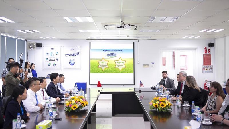 Buổi làm việc giữa Vinamilk và đoàn công tác Bộ Nông Nghiệp Hoa Kỳ trong khuôn khổ chuyến thăm Nhà máy sữa Việt Nam tại tỉnh Bình Dương.