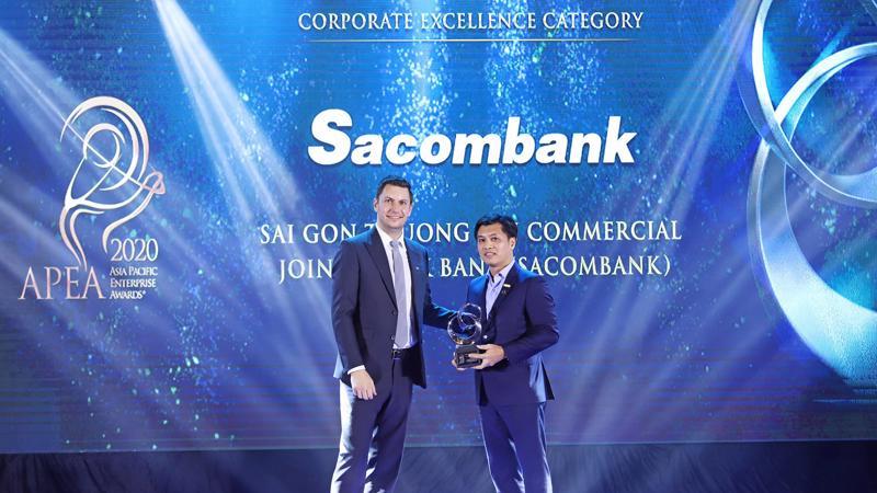 Ông Lê Đức Thịnh - Phó Tổng giám đốc Sacombank (bên phải) nhận giải thưởng Doanh nghiệp xuất sắc Châu Á.