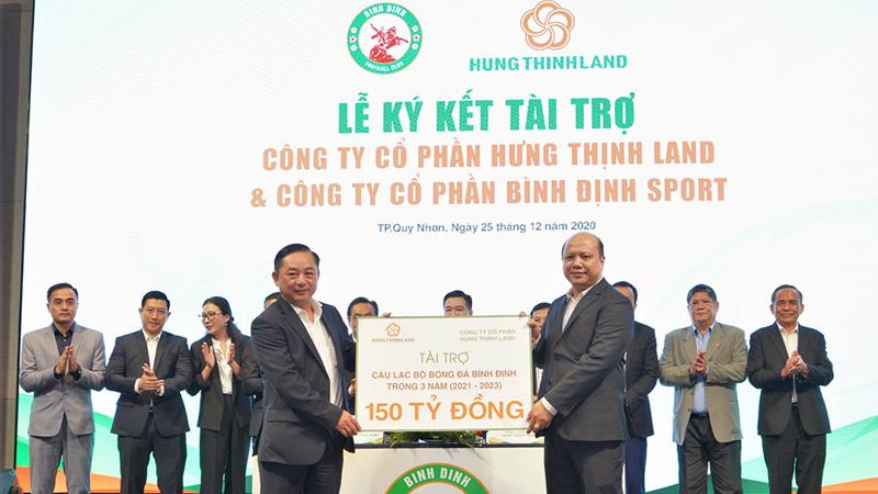 Ông Lê Trọng Khương - Tổng giám đốc Hưng Thịnh Land trao bảng tài trợ 150 tỷ đồng cho ông Nguyễn Hữu Sang - Giám đốc Công ty Cồ phần Bình Định Sport, đại diện đơn vị chủ quản câu lạc bộ bóng đá Topenland Bình Định.