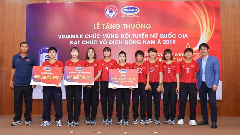 Ông Phan Minh Tiên, Giám đốc Điều hành Marketing và Kinh doanh Vinamilk đại diện trao tặng các phần thưởng cho Đội tuyển Bóng đá nữ quốc gia.