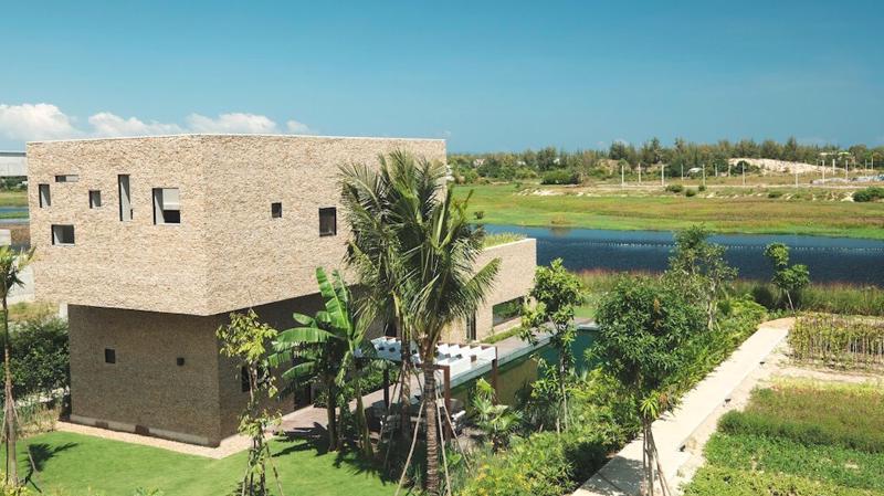 Dự án toạ lạc vị trí đắc địa trải dọc bên bờ sông Cổ Cò trù phú, nối Vịnh Đà Nẵng với biển An Bàng, ngay sát quần thể Di sản thế giới - phố cổ Hội An.