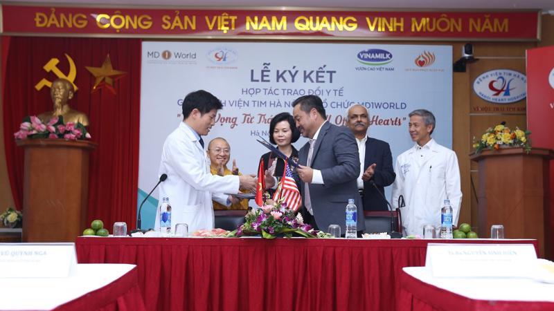 Lãnh đạo Bênh viện tim Hà Nội ký kết hợp tác với tổ chức MD1World.