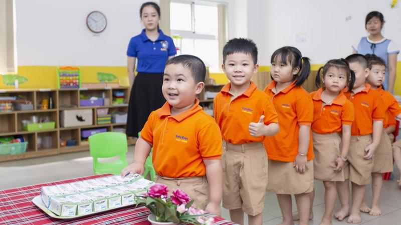 """Chương trình Sữa học đường triển khai luôn luôn bắt đầu từ bậc học mầm non để cung cấp đầy đủ chất dinh dưỡng cho những """"mầm xanh"""" thật khỏe mạnh, vững vàng lớn lên cùng năm tháng."""