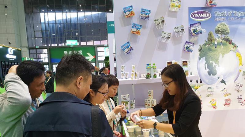 Người tiêu dùng Trung Quốc dùng thử và thích thú với các sản phẩm của Vinamilk tại hội chợ.