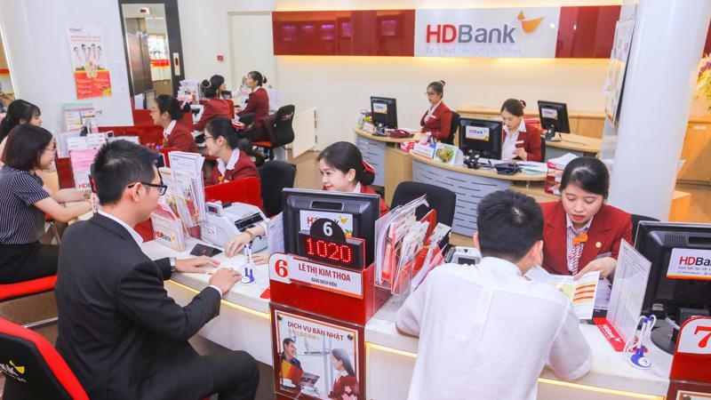 HDBank là ngân hàng duy nhất hai năm liên tiếp được vinh danh trong top 10 doanh nghiệp lớn sau gần 3 năm cổ phiếu HDB của HDBank được niêm yết.