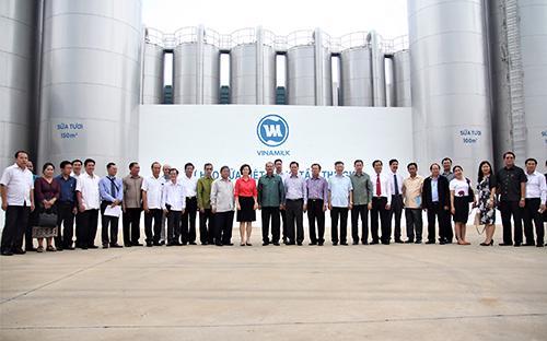 Đại diện Vinamilk và Đoàn đại biểu Đảng Nhân dân cách mạng Lào chụp ảnh lưu niệm tại Nhà máy Sữa Việt Nam.