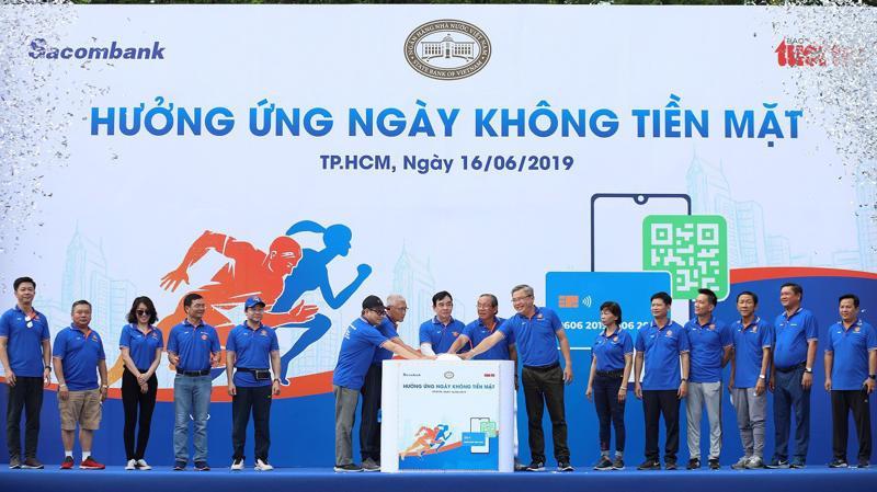 """Sacombank phối hợp cùng báo Tuổi Trẻ tổ chức chương trình chạy bộ """"Hưởng ứng ngày không tiền mặt"""" tại Hà Nội và Tp.HCM vào ngày 16/6 vừa qua."""