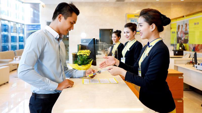 Khách hàng giao dịch tại Nam A Bank.