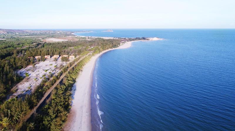 Vịnh Thanh Long sở hữu nét đẹp hoang sơ với bãi cát vàng mịn trải dài.