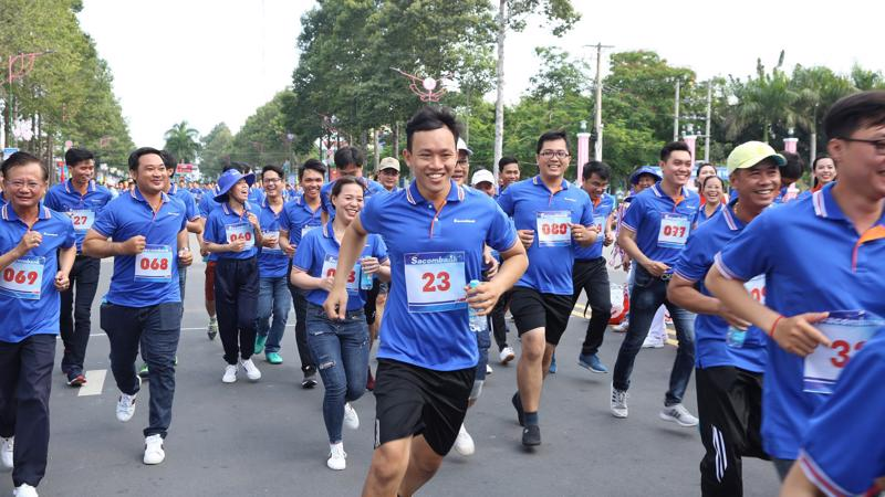 Năm nay, giải chạy thu hút hơn 28.000 vận động viên là học sinh, sinh viên, lực lượng vũ trang, nhân viên văn phòng và cán bộ nhân viên Sacombank tại các địa phương đăng ký tham dự.