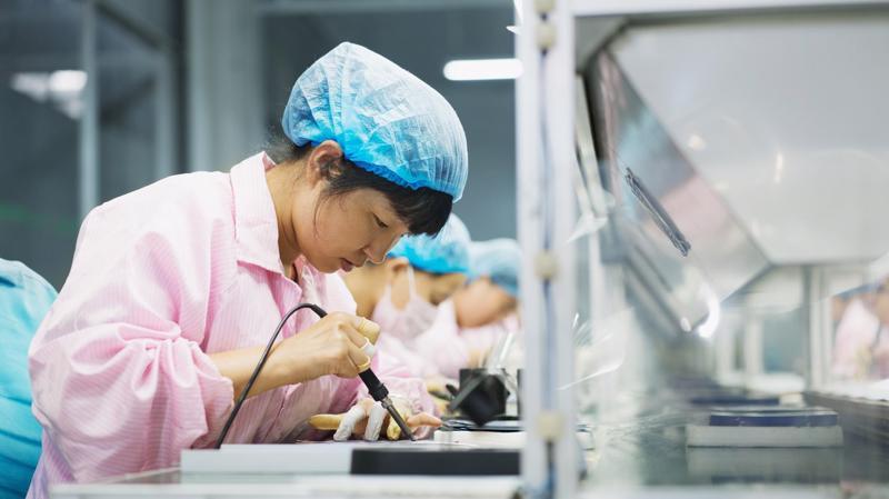 Công nhân tại một nhà máy ở Đức Châu, tỉnh Sơn Đông, Trung Quốc - Ảnh: AFP