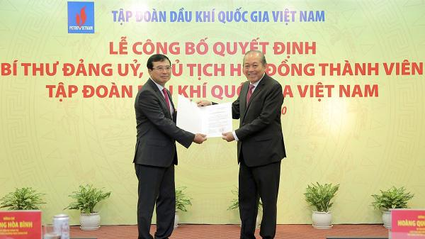 Phó Thủ tướng Thường trực Trương Hoà Bình trao quyết định cho ông Hoàng Quốc Vượng.