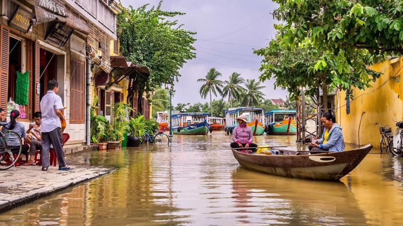 Phố cổ Hội An ngập lụt do bão lũ - Ảnh: Unsplash.
