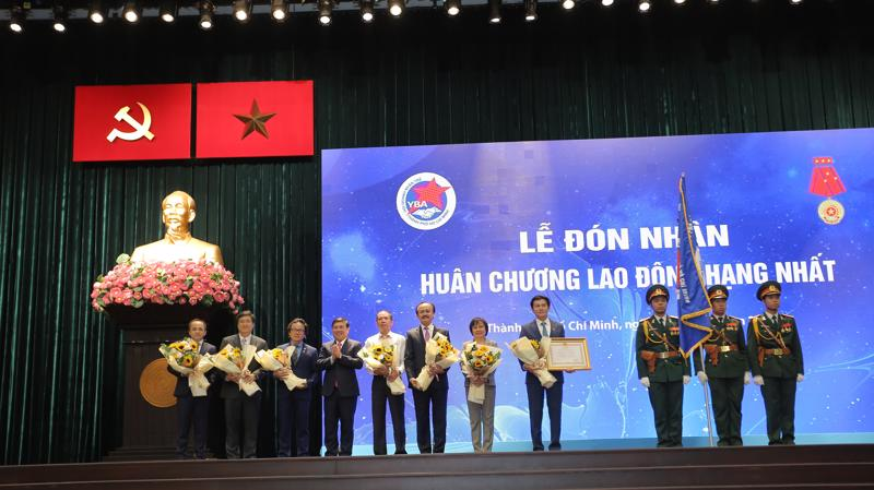 Thừa ủy quyền của Chủ tịch nước, Chủ tịch UBND Tp.HCM Nguyễn Thành Phong trao Huân chương Lao động hạng Nhất cho Lãnh đạo YBA HCM ngày 24/3.